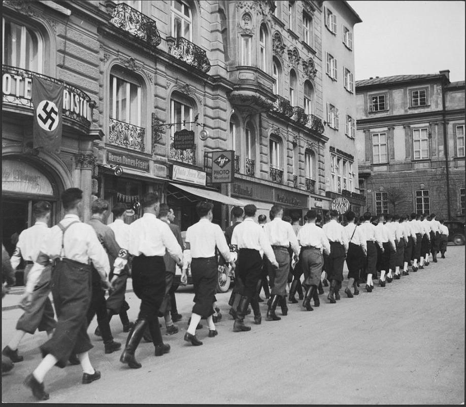 Marcherende nazi's in Salzburg, maart 1938