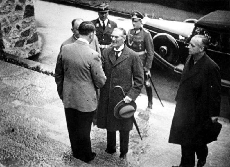 Adolf Hitler verwelkomt Nevill Chamberlain bij  de Berghof, 15 september 1938