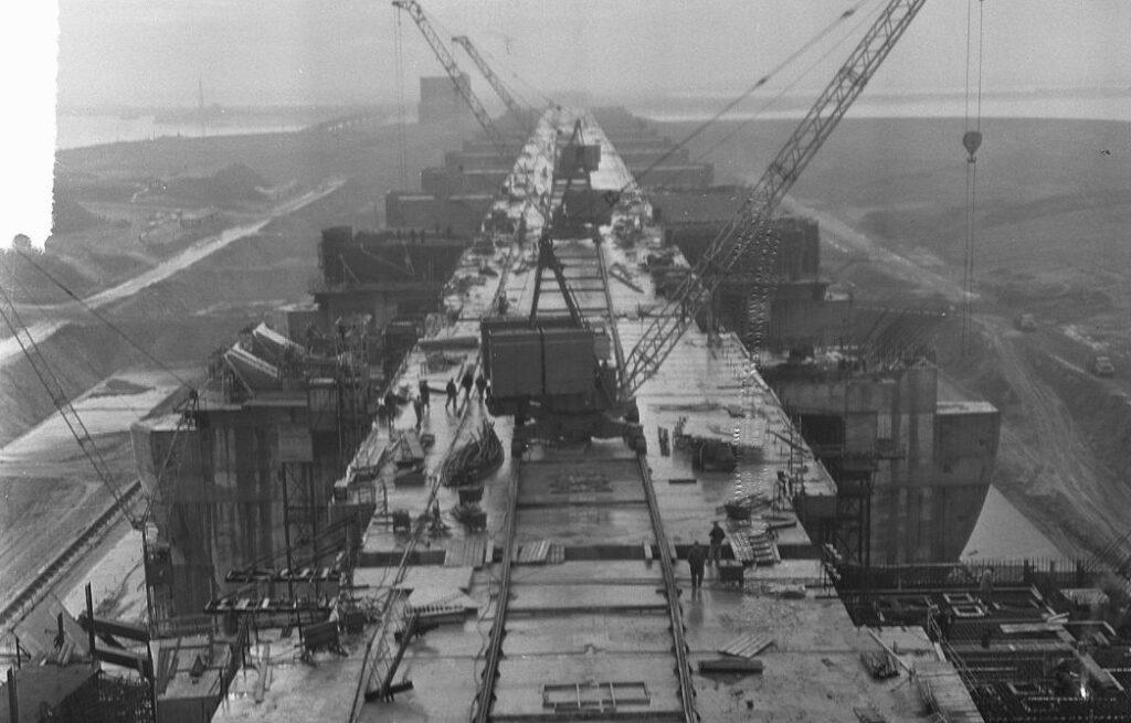 Haringvliet - Overzicht van het sluizencomplex, 1964