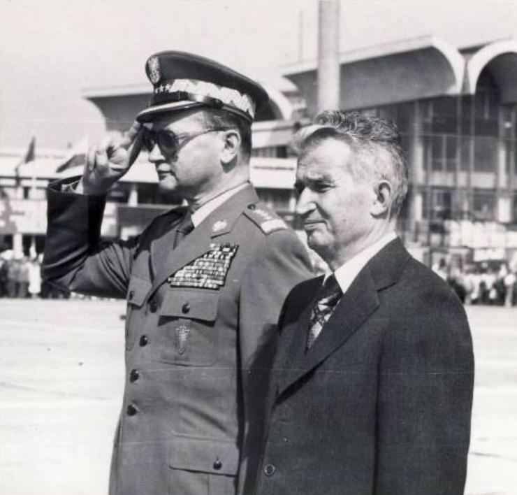 Jaruzelski (l) met Nicolae Ceaușescu