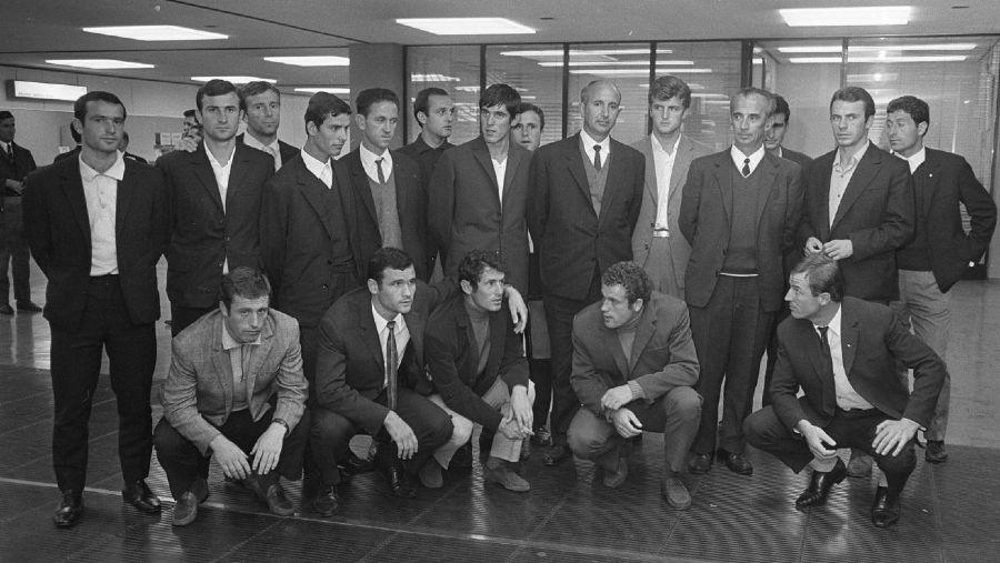 Nentori Tirana bij aankomst in Amsterdam (1970) - Geen baarden en geen weelderige kapsels