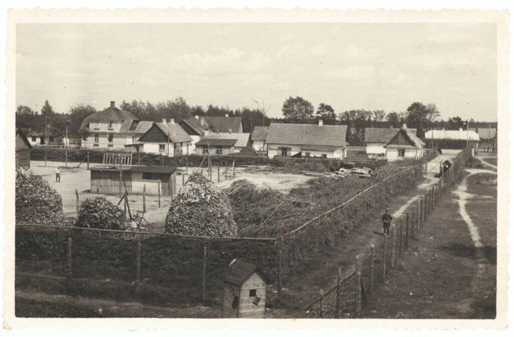 Vanaf een wachttoren gemaakte overzichtsfoto van Lager I, met op de achtergrond het Vorlager in de vroege zomer van 1943.