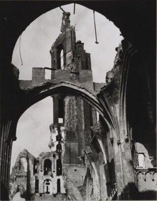 De Eusebiuskerk kwam ernstig beschadigd uit de oorlog.