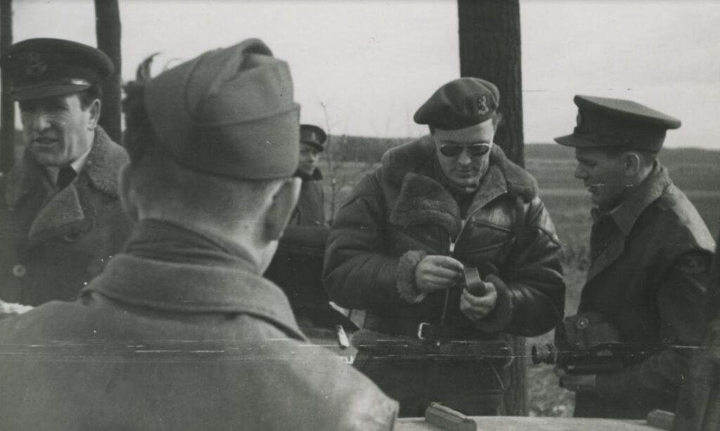 Bezoek van Prins Bernhard aan Heerlen. De Prins onderweg, met militairen van zijn gevolg, 1945 (foto: Achterberg Heerlen; collectie NIMH)
