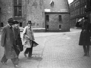 Opening Tweede Kamer. Ministers begeven zich naar de Tweede Kamer - 25 september 1945