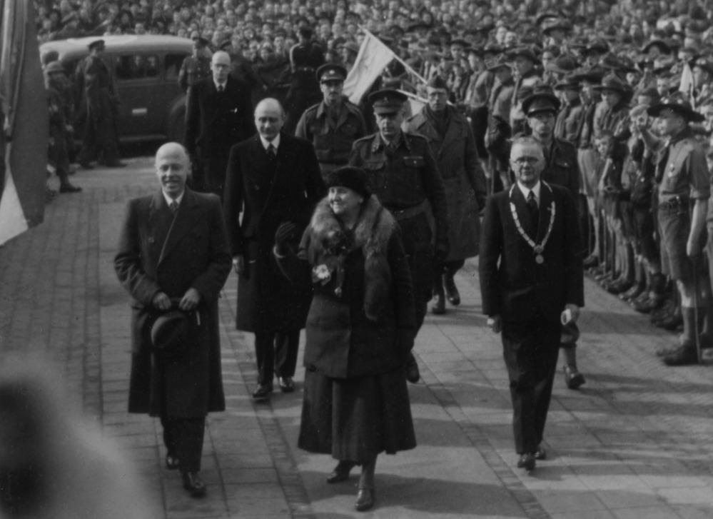 Aankomst Koningin Wilhelmina bij het Van Abbemuseum in Eindhoven, met links van haar L.J. Beel en rechts burgemeester A. Verdijk, 19 maart 1945