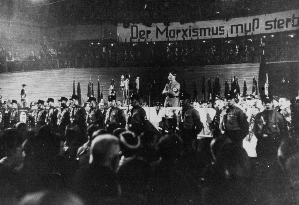 Adolf Hitler tijdens de verkiezingscampagne van 1933