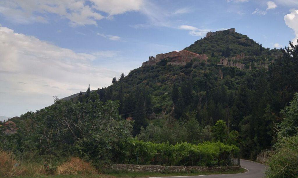 De heuvelstad Mystras met de ruïnes van het Byzantijnse Despotenpaleis (dichtstbij de camera) en van de Frankische burcht (verderop). Deze regionale hoofdstad groeide uit tot een belangrijk centrum van geleerdheid gedurende de laat-Byzantijnse periode