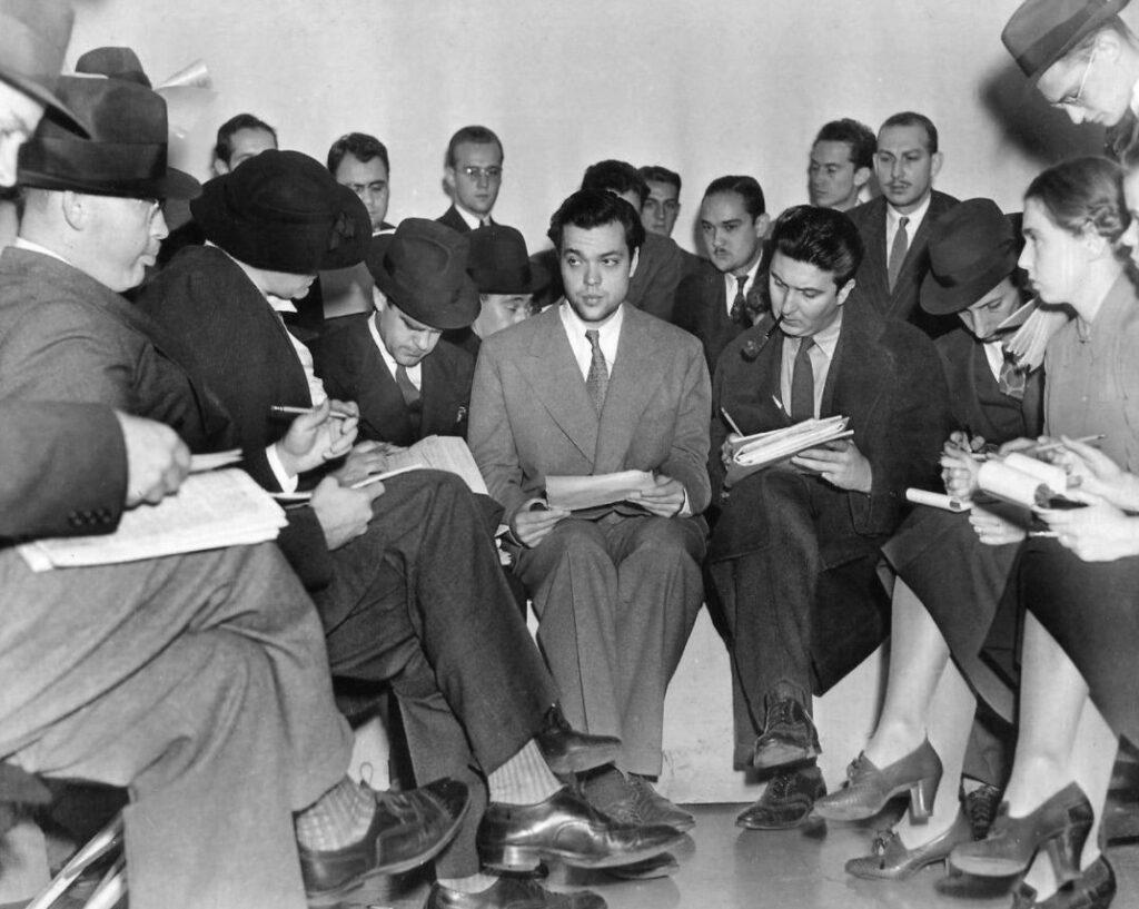 Orson Welles beantwoord vragen van de pers, een dag na de uitzending