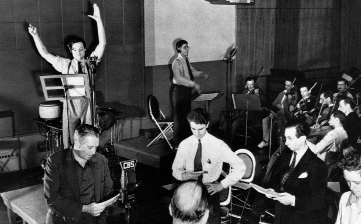 Orson Welles tijdens een repetitie van het hoorspel, 1938
