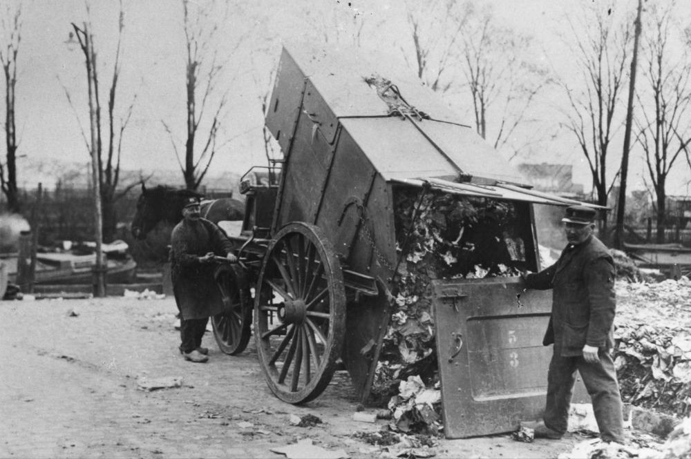 Lossen vuilniswagen Verlengde Lodewijkstraat ca 1920