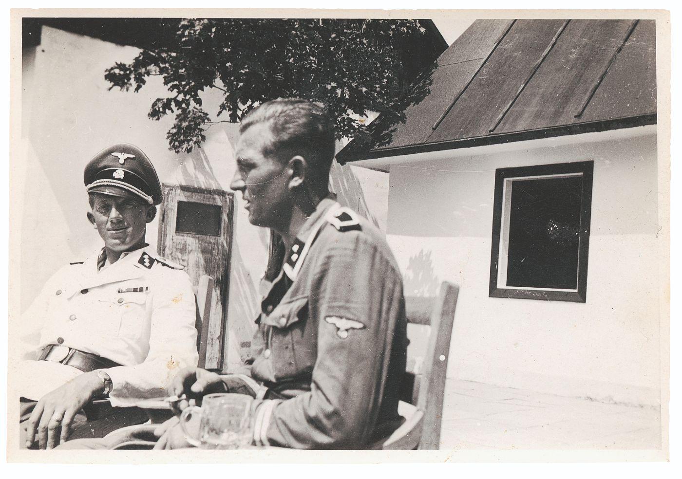 Niemann (links) naast ss-Oberscharführer Gustav Wagner op het terras van het 'nieuwe casino' in de vroege zomer van 1943.