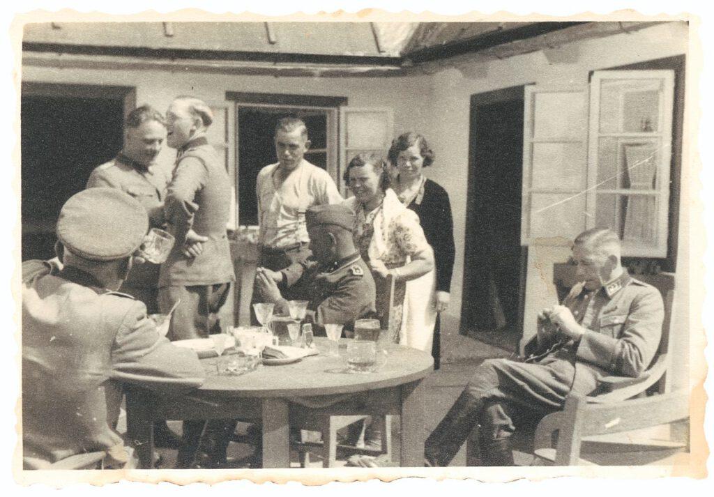 Dachsel, Reichleitner, Niemann, waarschijnlijk Schulze, Bauer, de beide kokkinnen en de douanebeambte (v.l.n.r.).