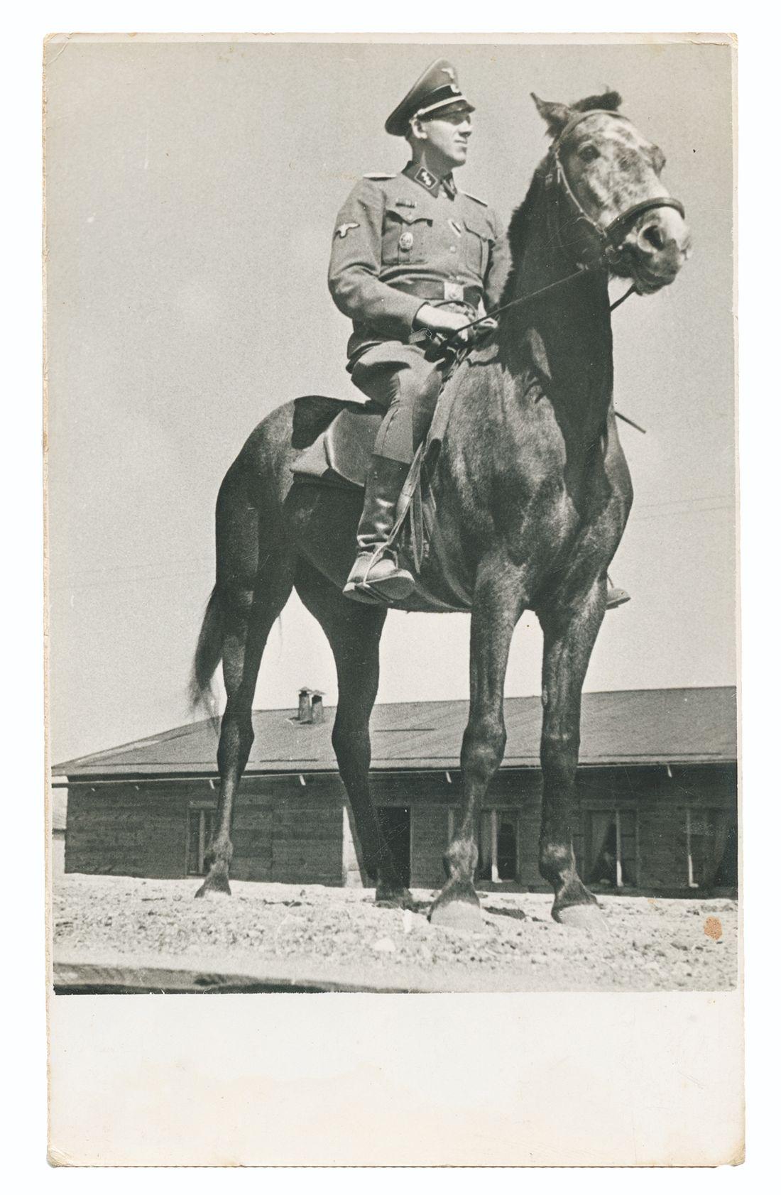 Geposeerde portretopname van Niemann te paard gezeten in de zomer van 1943.