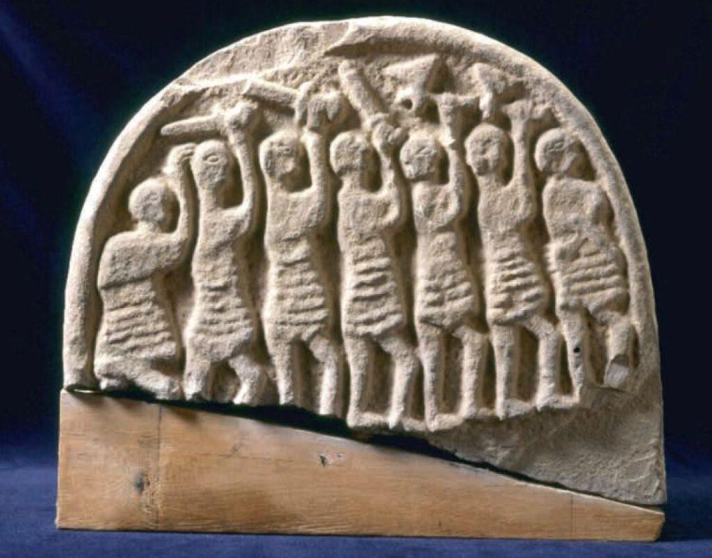 De 'Viking Domesday Stone' (negende eeuw), die waarschijnlijk herinnert aan de aanslag op de abdij van Lindisfarne. English Heritage; afb. uit Vikingen.