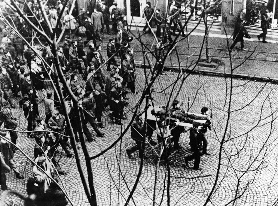 Grudzień 1970. Demonstratie in Gdynia waarbij het lichaam van een doodgeschoten demonstrant wordt meegevoerd