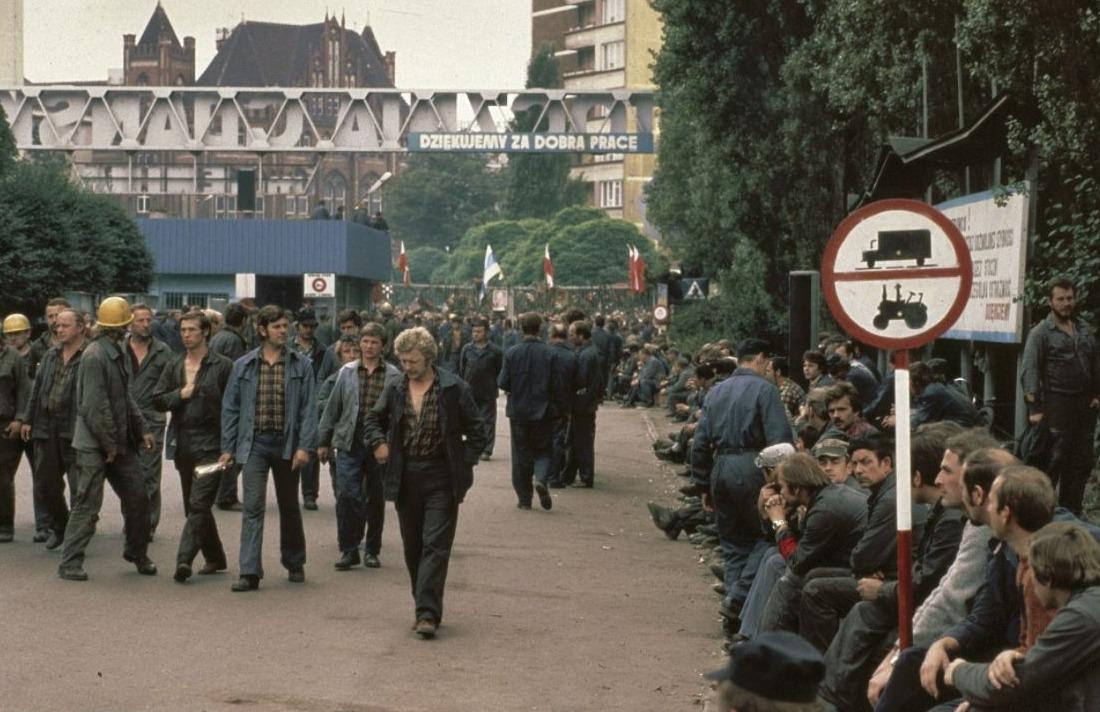 Wachtende stakers van de Leninwerf, 1980