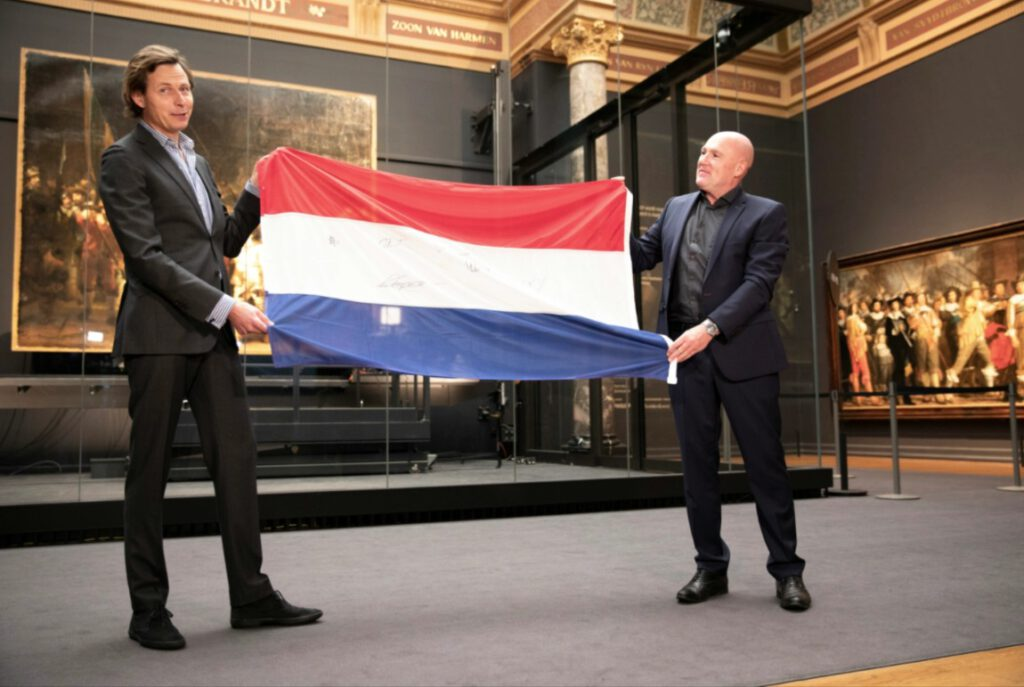Overhandiging vlag André Kuipers aan het Rijksmuseum