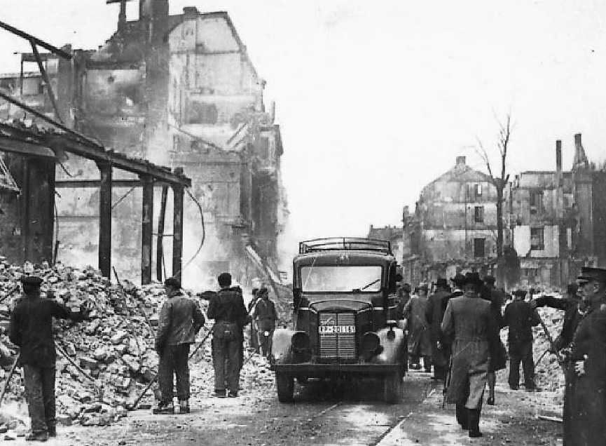 Dwangarbeiders ruimen puin in de Duitse stad Hagen, waar ook enkele Callantsogers en -Zijpenaren dwangarbeid moesten doen – Historisches Centrum Hagen