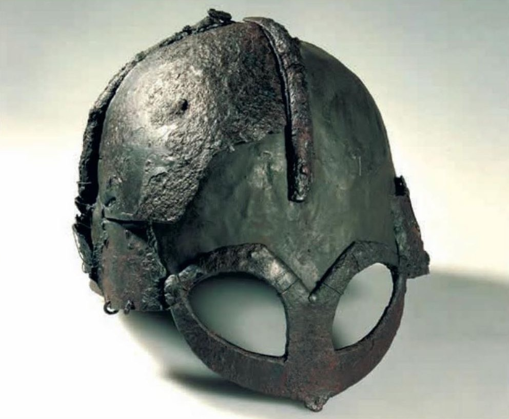 Gjermundbu-helm (gerestaureerd) uit Zuidoost-Noorwegen (Ringerike), tiende eeuw. De helm was een van de bijgaven in een grafkamer. Kulturhistorisk museum, Oslo; afb. uit Vikingen.