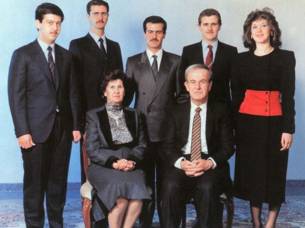 Assad en zijn vrouw, Anisa Makhlouf; achterste rij, van links naar rechts: Maher, Bashar, Bassel, Majid en Bushra, 1994