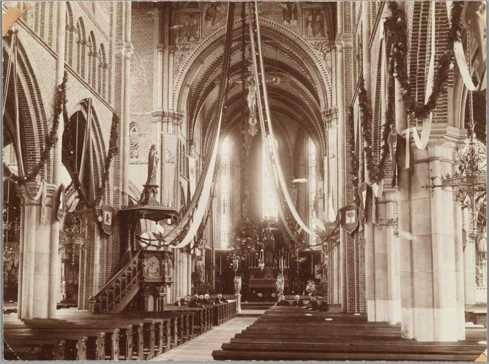 Interieur van de Sint-Laurentiuskerk, 1895