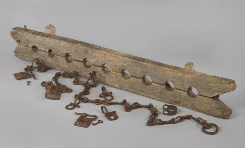 Anoniem, Meervoudige voetboei voor het ketenen van tot slaaf gemaakte mensen, met 6 losse boeien, ca. 1600-1800