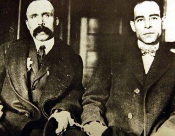 Nicola Sacco (r.) en Bartolomeo Vanzetti in de boeien