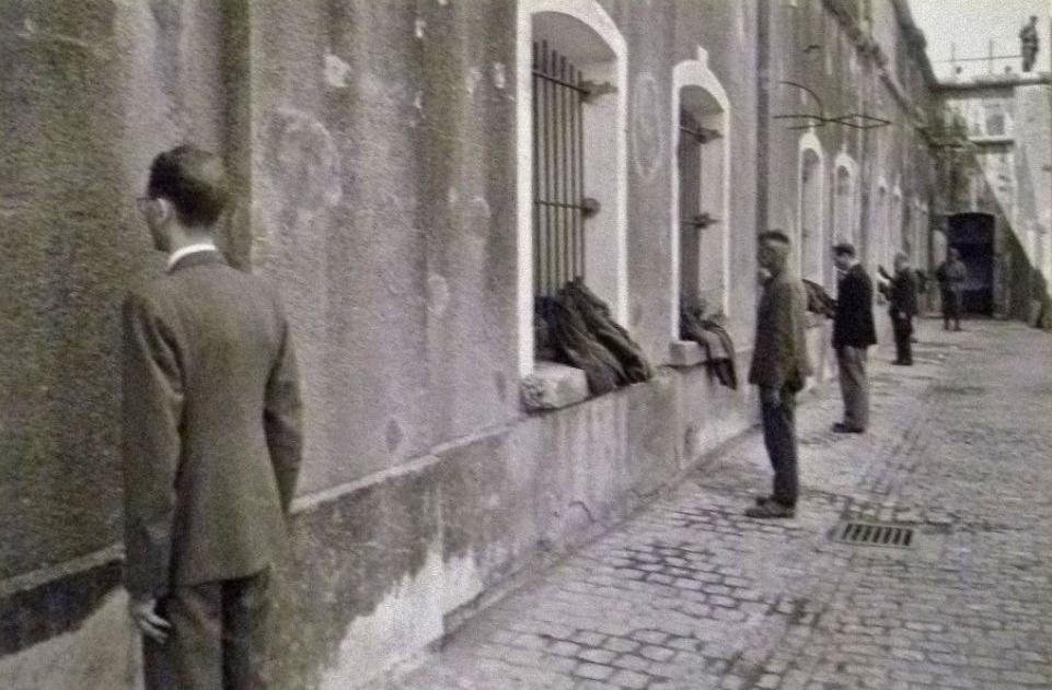 Breendonk - Pas aangekomen gevangenen moeten stilstaan gedurende registratie en het uitdelen van de kampkledij; wie bewoog werd zwaar mishandeld, 13 juni 1941