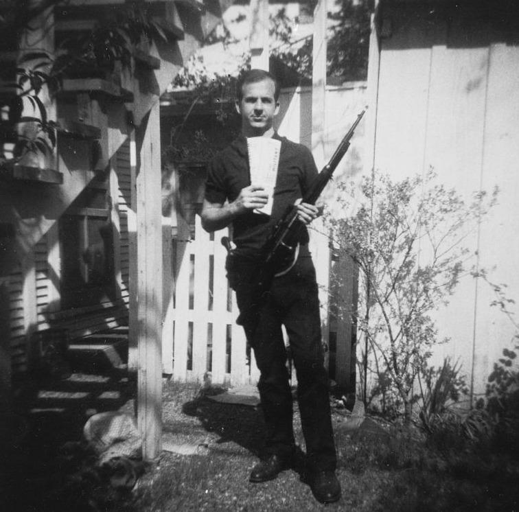 Lee Harvey Oswald op een foto die hij, in april 1963, ook naar zijn vriend George de Mohrenschildt zou hebben gestuurd
