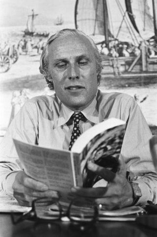 Willem Oltmans met zijn boek 'Een reportage over de Kennedy-moordenaars'