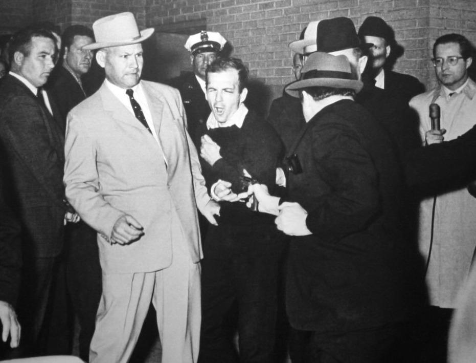 Jack Ruby schiet Lee Harvew Oswald neer als hij wordt overgebracht naar een andere gevangenis