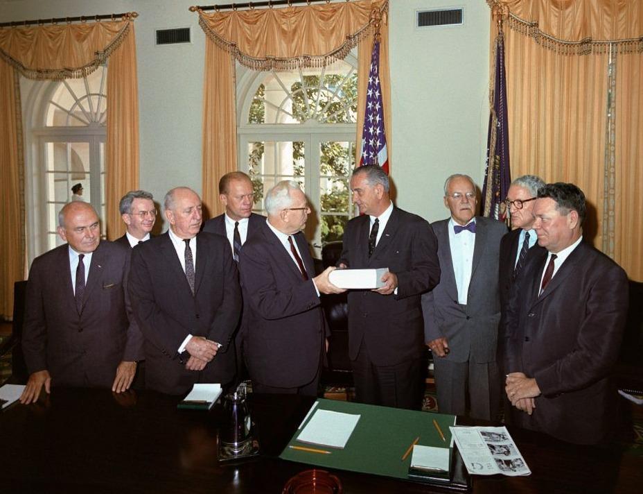 De commissie Warren die de Kenney-moord onderzocht presenteert haar eindrapport aan president Lyndon B. Johnson