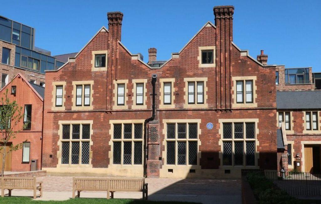 Hoofdgebouw van Toynbee Hall in 1894 - Foto genomen in 2020
