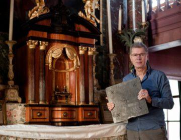 Robert Schillemans in de huiskerk van Museum Ons' Lieve Heer op Solder