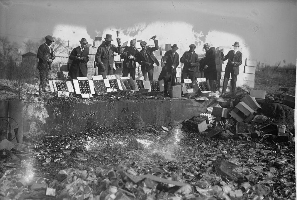 Vernietiging van drank tijdens de Drooglegging in Amerika, 1923