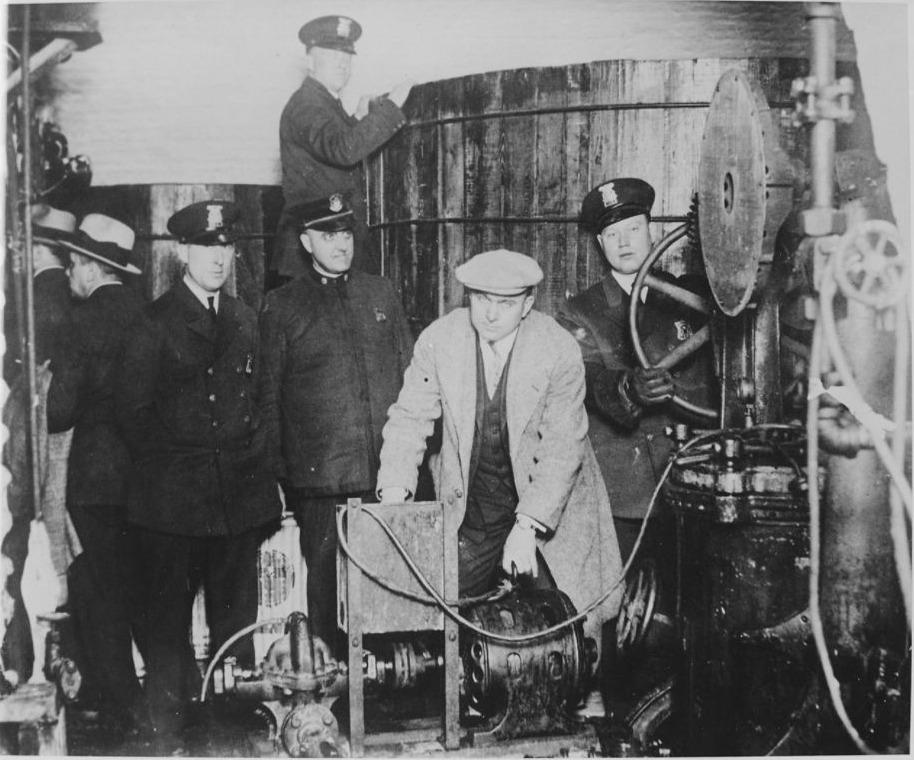 Politie inspecteert een ondergrondse brouwerij in Detroit tijdens de Drooglegging