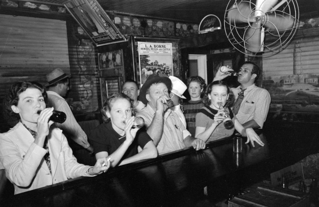 Voor de Drooglegging werden bars vrijwel hoofdzakelijk door mannen bezocht. Na de Drooglegging wisten ook steeds meer vrouwen de weg naar de kroegen te vinden - Raceland, Indiana - September 1938