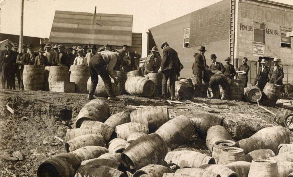 Inbeslagname van drank in Elk Lake, Ontario - 1925