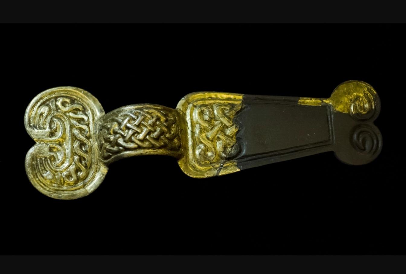 Vergulde domburgfibula met dierkop- en vlechtbandversiering, Swichum, 600 - 700 na Chr.,