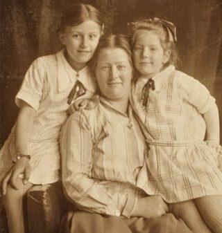 Hannie Schaft met haar zus en moeder, 1926