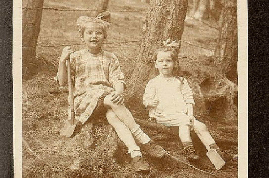 Hannie Schaft (r.) met haar zus in 1924.