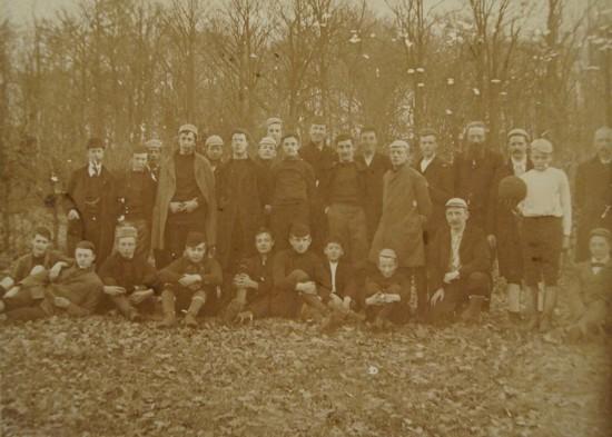 Leerlingen en leraren op de speelweide van Noorthey, na een gezamenlijk potje voetbal (8 april 1894). Bron: Nationaal Archief.