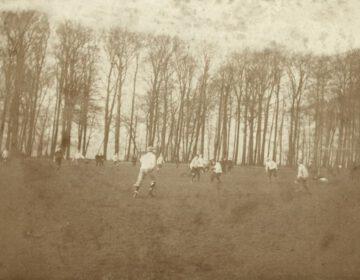 Voetballende leerlingen en leraren rond 1895-1897 op de speelweide bij de jongenskostschool Noorthey. Bron: Nationaal Archief.