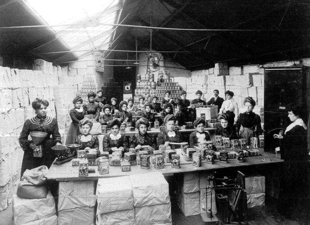 Vrouwen aan het werk in de verpakkingsafdeling van koffiebranderij Van Leckwyck, De Roode Pelikaan, ca. 1900. Collectie Selecta Belgium.