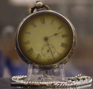 Horloge van een onbekend slachtoffer van de ramp. Het uurwerk stopte om 02.28 uur 's nachts, 8 minuten nadat het schip zonk