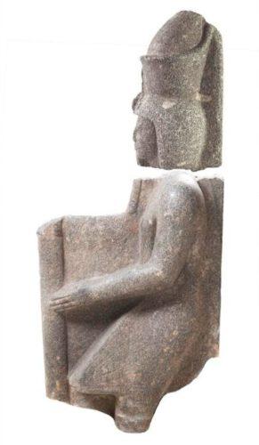 De twee delen van het beeld van farao Ramses VI