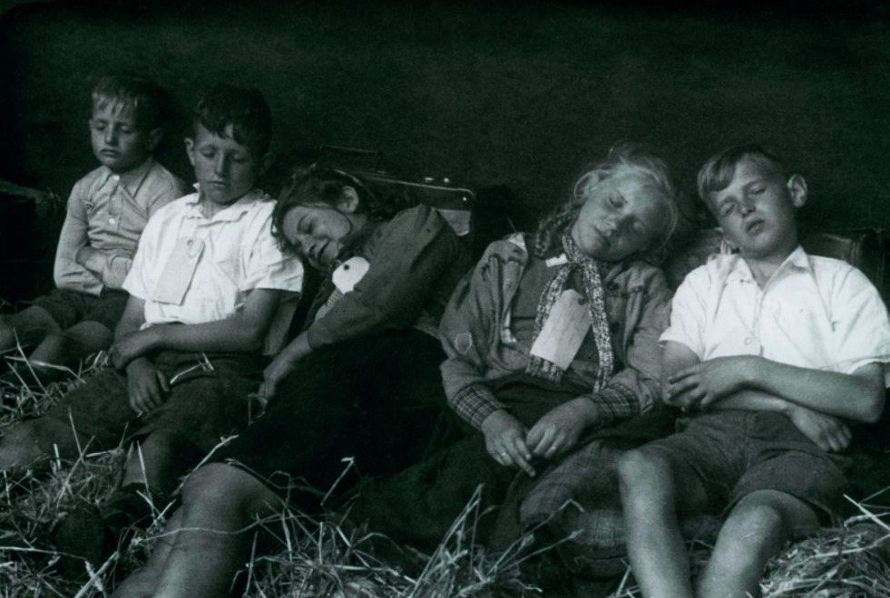 Kinderen sliepen dicht op elkaar in het ruim van het schip. Het stro lag zacht en hield hen warm. Deze foto is van de terugweg naar huis. Zomer 1945, fotograaf onbekend, Fries Verzetsmuseum, beeldnr. 194375.