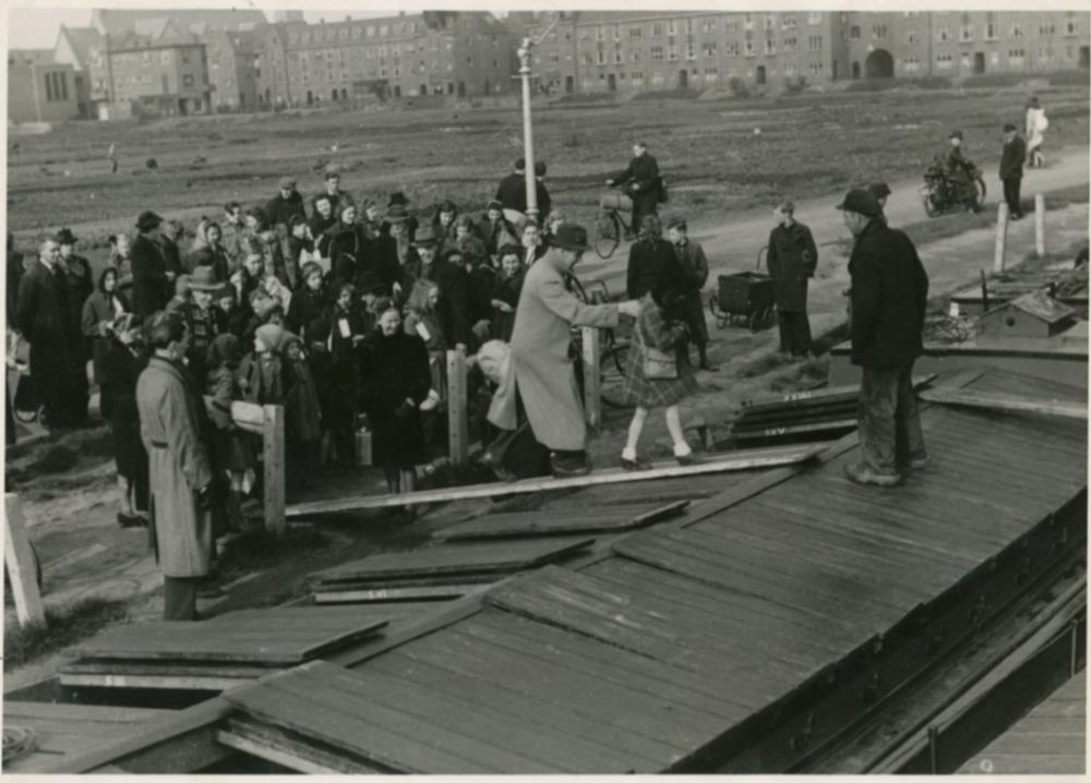 Kinderen vertrekken in de Hongerwinter naar plaatsen waar nog wel eten is. Najaar, 1944