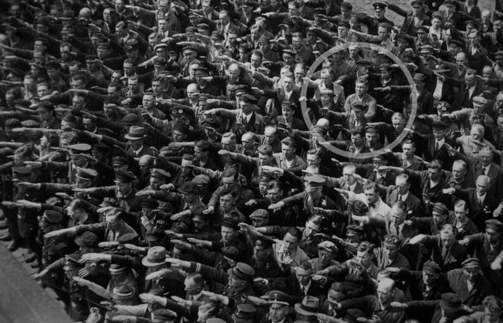 August Landmesser weigert de Hitlergroet te brengen - Hamburg, 1936